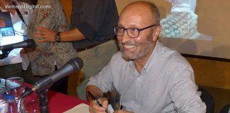 Teodoro Gracia, autor de Susurros en la noche, firmando ejemplares de su libro tras la presentación en Montijo