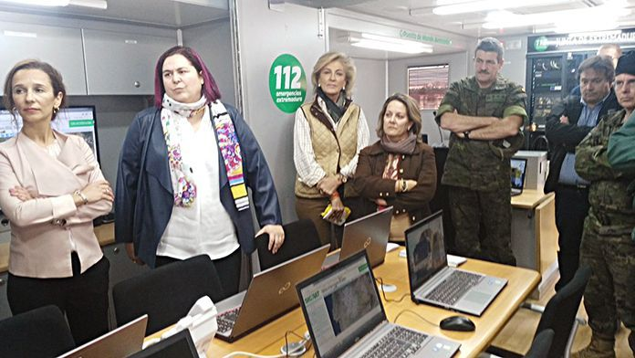Autoridades en el interior del Puesto de Mando Avanzado de La Garrovilla (foto: junta de Extremadura)