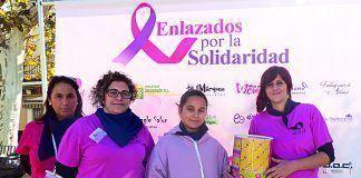 """Ana Rodríguez con voluntarias del evento """"Enlazados por la Solidaridad"""", celebrado en Montijo"""