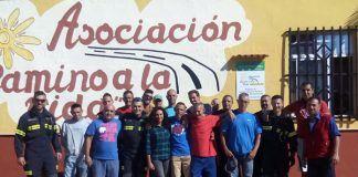 Visita de los bomberos del Parque de Puebla de la Calzada a la Asociación Camino a la Vida en Lobón