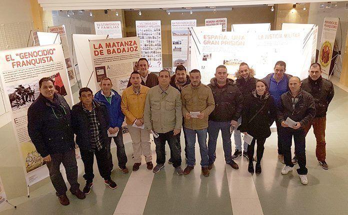 Los usuarios de Camino a la Vida asisten a la presentación Tras las huellas de la memoria en Extremadura