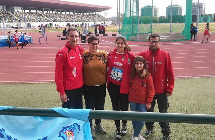 Alba Becerra, junto a su entrenador del Club Atletismo Montijo, Antonio Fuentes, y familiares