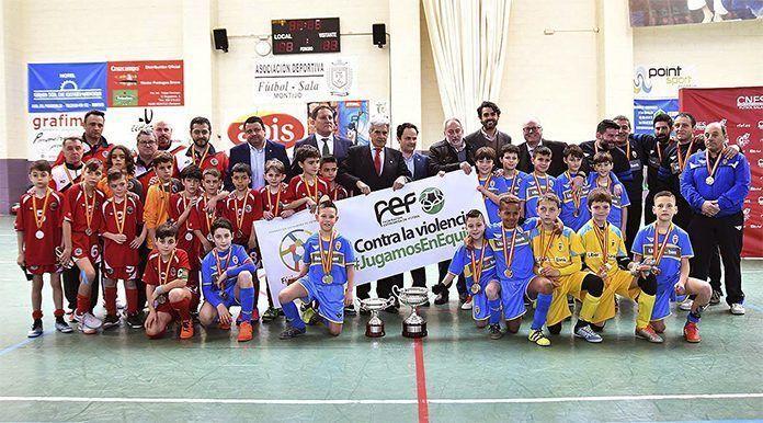 Asturias, campeona, y Madrid, subcampeona, posan con sus medallas en el Campeonato de España Benjamín de Fútbol Sala de Montijo