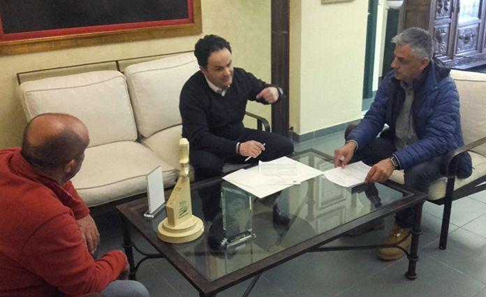 Firma de convenio entre el Ayuntamiento de Montijo y la UD Montijo