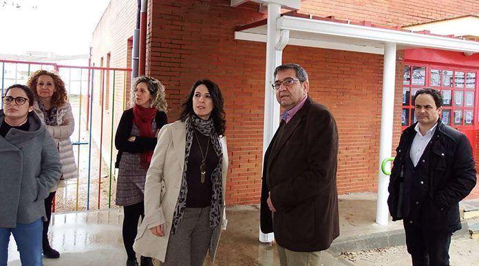 La consejera de Educación y Empleo, Esther Gutiérrez, en el CEIP Príncipe de Asturias de Montijo
