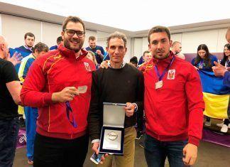 Javier Cienfuegos y su entrenador, Antonio Fuentes, con la medalla de plata.
