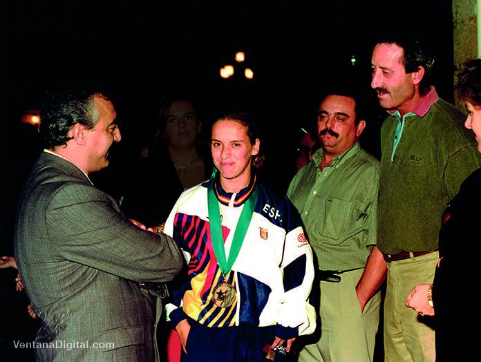 Alicia Martínez en 1996, luciendo su medalla de bronce de los los Juegos Paralímpicos de Atlanta, junto a Pedro Serrano y José Lavadiño