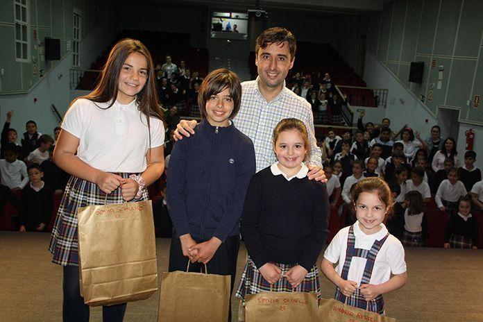 Alumnos del Colegio Ntra. Sra. Carmen con el alcalde de Puebla de la Calzada