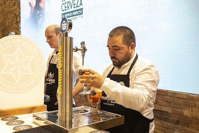Dos hosteleros extremeños, de los cinco mejores tiradores de cerveza de España. En la foto David Tena de la Cervecería con Jota en Badajoz