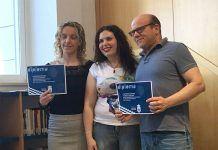 Vanessa Cordero Duque (izquierda) ganadora del III Certamen Literario Letras de Guillena en la modalidad de poesía
