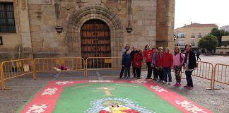 Alfombra del Corpus enl el atrio de la iglesia de San Pedro de Montijo