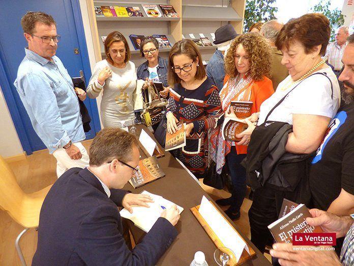Alfonso Pinilla García, autor de El misterio de Montijo, firmando ejemplares en la Biblioteca Pública Municipal