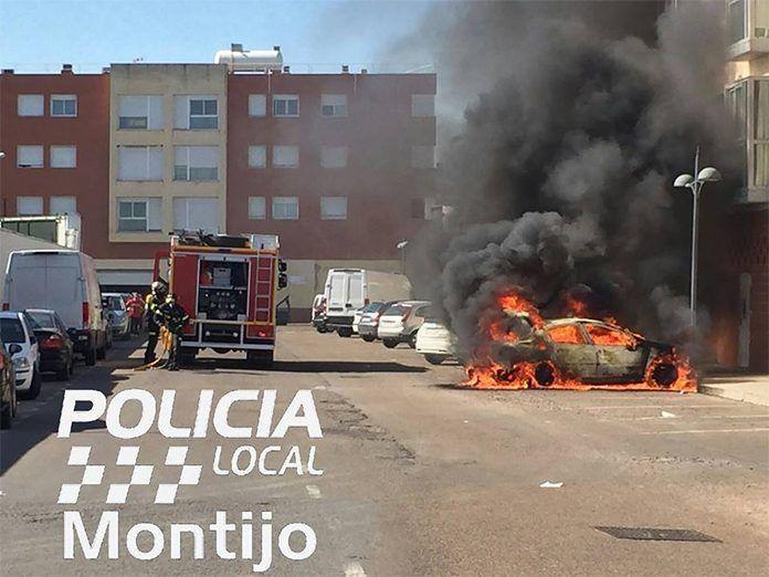 Vehículo calcinado en Montijo