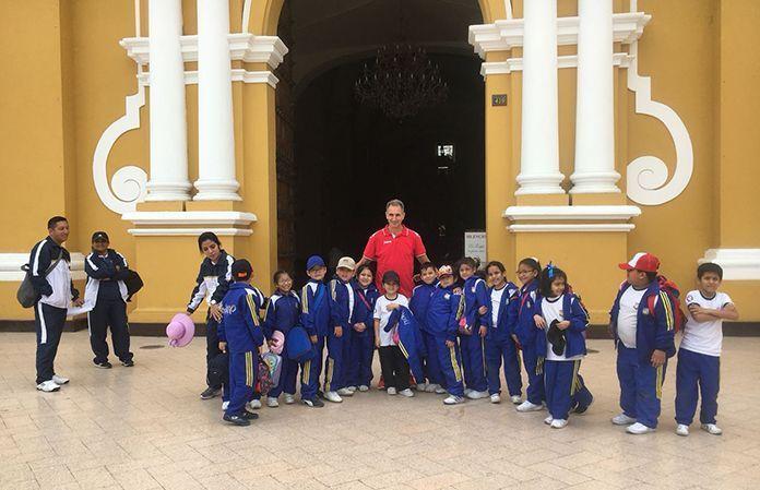 Antonio Fuentes, rodeado de niños peruanos