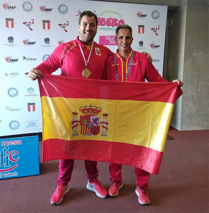 El lanzador Javier Cienfuegos y su entrenadir, Antonio Fuentes, celebran el oro en el Campeonato iberoamericano