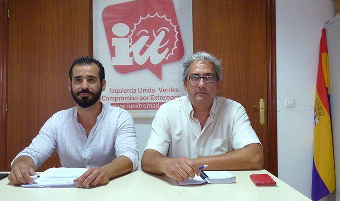 El concejal de IU Montijo, Antonio Rodríguez, y el coordinador de IU Extremadura, Joaquín Macias, durante la rueda de prensa en Montijo