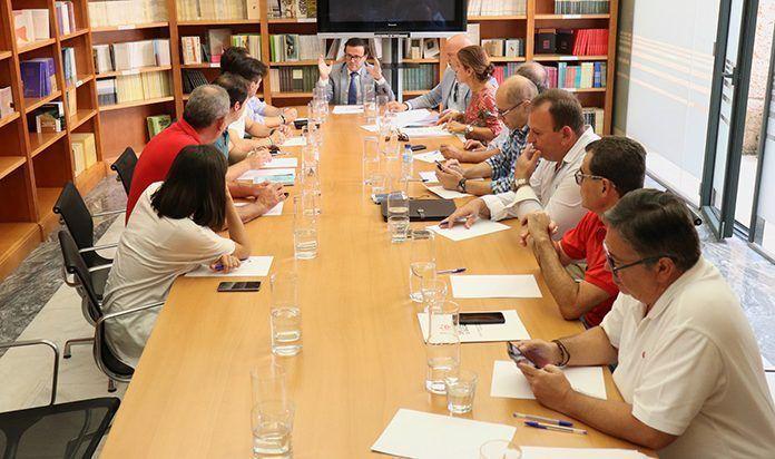 Reunión de Gallardo con los alcaldes beneficiarios de la EDUSI Montijo-Puebla de la Calzada copia