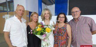 Vanessa Cordero posa con miembros de la asociación Arte Prisma tras dar el pregón de la Feria de Montijo 2018