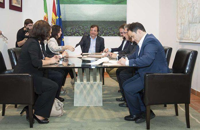 La Junta firma el protocolo para abrir la negociación del traspaso de los conservatorios profesionales de música de Mérida, Don Benito y Montijo