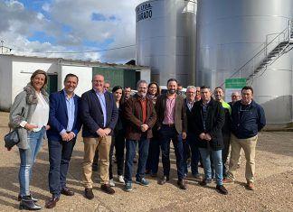 Santiago Abascal, José Antonio Morales y Antonio Pozo Pitel visitaron las instalaciones de la Cooperativa Pedro de Alvarado en Lobón