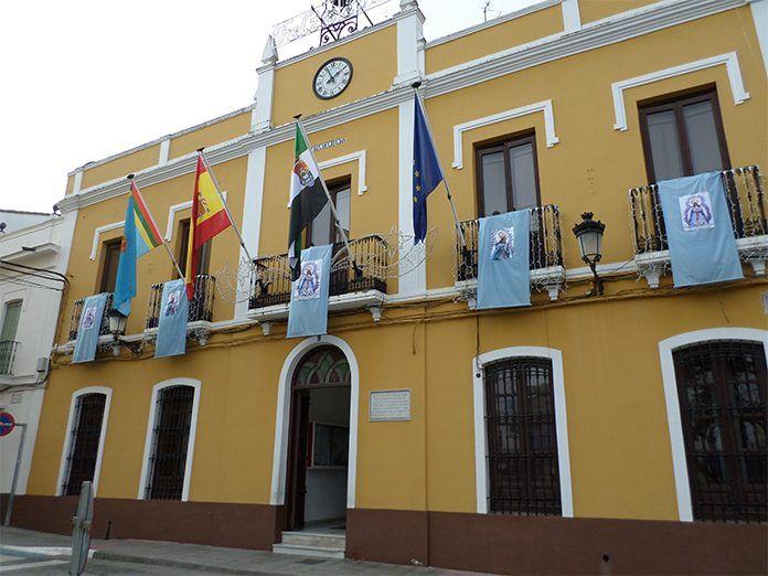 Fachada del Ayuntamiento de Puebla de la Calzada (foto: Chema Álvarez)