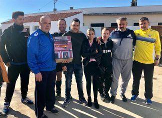 La Asociación de Veteranos Futbol 7 Montijo hace entrega de lo recaudado a la familia damnificada por un incendio en Montijo