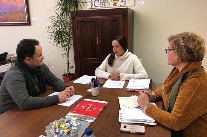 Reunión del alcalde de Montijo, Manuel Gómez, con la vicepresidenta de la diputación de Badajoz, Virginia Borrallo
