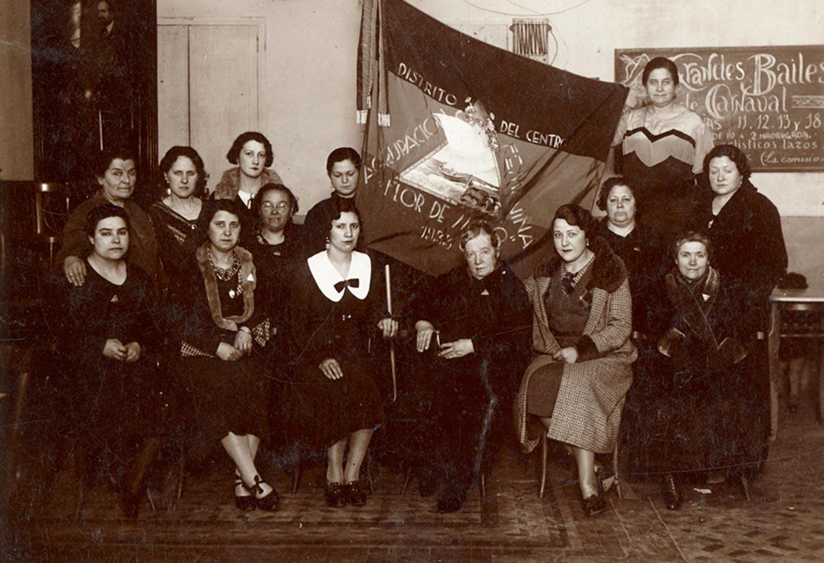 Mujeres del Distrito Centro de la Agrupación femenina Flor de Mayo 1933 Amalia Carvia posa en el centro de la imagen como presidenta de la Agrupación (Biblioteca Valenciana Digital).