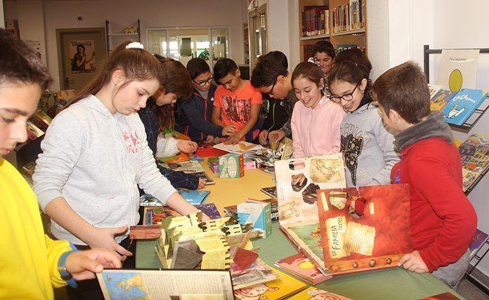 Exposición de libros troquelados en Puebla de la Calzada (foto Teodoro Gracia)