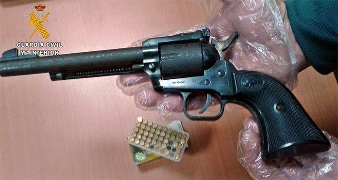 La-Guardia-Civil-detiene-a-un-vecino-de-Gevora-cuando-transportaba-oculto-en-un-vehiculo-un-revolver