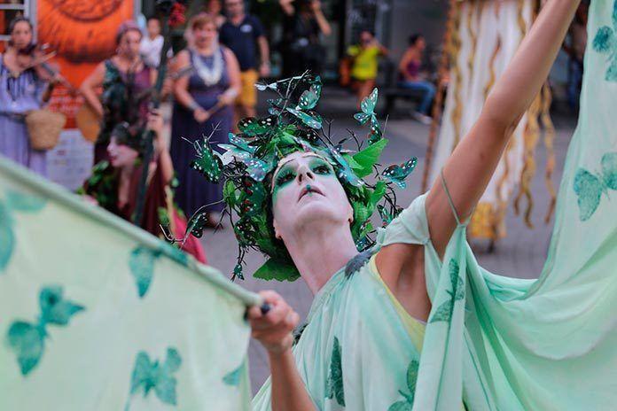 Pasacalles Nueve Musas deKarlik Danza Teatroque este año estará en el Festival de Torreáguila.