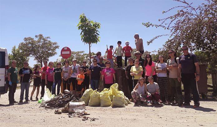 Adenex-recoge-mas-de-100-kilos-de-basura-en-el-paraje-de-San-Isidro-de-Calamonte