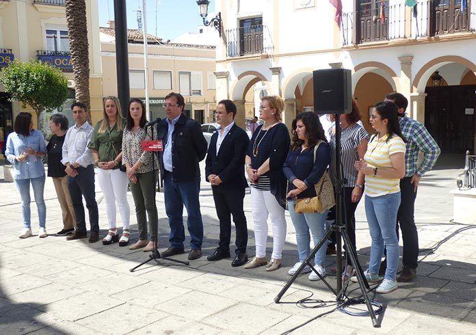 Guillermo Fernández Vara atiende a los medios de comunicación en Montijo