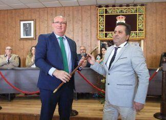 Antonio Pozo Pitel, de VOX, entrega la vara de mando a Francisco Moreno Pagador, del PSOE, nuevo alcalde de Guadiana del Caudillo.