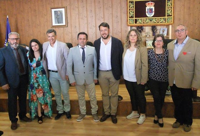 El nuevo equipo de gobierno de Guadiana junto a Rafael Lemus (secretario general del PSOE Provincial de Badajoz) y Juan Antonio González (portavoz del PSOE de Extremadura).