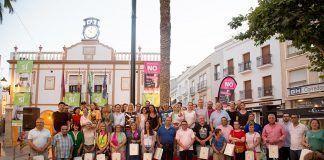 Representantes de las entidades firmantes del manifiesto contra la violencia machista en Montijo junto a grupo de ciudadanas y ciudadanos que ha participado en el diseño colaborativo de la campaña (foto: Javier Pulpo).