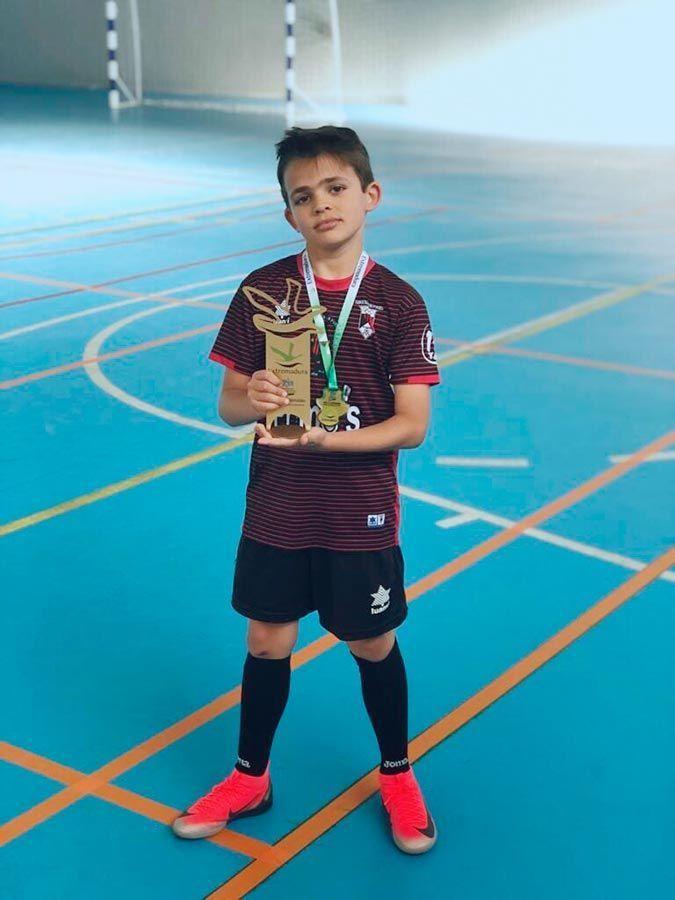 Raúl posando con el trofeo de Campeón de Extremadura.