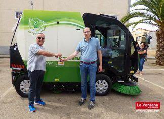 El representante comercial de la empresa extremeña Comaex, Jaime Martín, hace entrega de las llaves de la nueva barredora al alcalde de Valdelacalzada, Pedro Noriega.