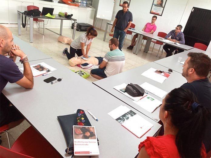 Curso formativo de DESA (Desfibrilación Semiautomática Externa) impartido en Cruz Roja Montijo.