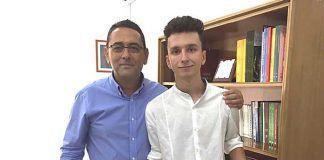 Alberto-Cebrian-Garcia-alumno-del-IES-Vegas-Bajas-con-Juan-Jose-Fernandez-director-del-centro