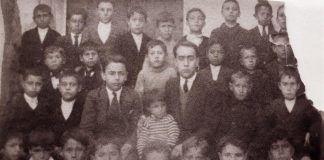 """Juan José García Martínez- de Tejada con sus alumnos en el Grupo escolar Giner de los Ríos de Montijo (Procedencia de la fotografía: García Madrid, Antonio - """"Un ejército de maestros"""")."""