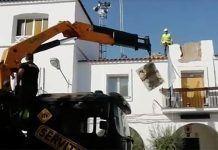 El Ayuntamiento de Guadiana retira los símbolos franquistas de su fachada