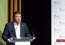 Guillermo Fernandez Vara en la inauguracion del ciclo de conferencias organizado por la junta local de la AECC de Montijo