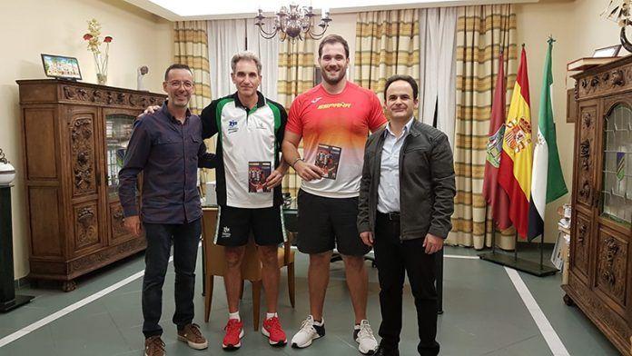 Javier Cienfuegos y Antonio Fuentes junto al alcalde y concejal de deportes del Ayuntamiento de Montijo.