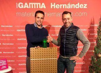 Gaspar hernandez de Seguros Gaspar Montijo recoge el premio de Materiales Hernandez Gamma