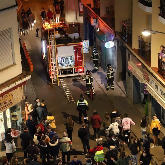 Incendio en la fachada de una tienda del centro de Montijo