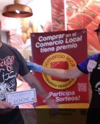Miguel Ángel de los Santos, de Montijo, recibió un premio del comercio local