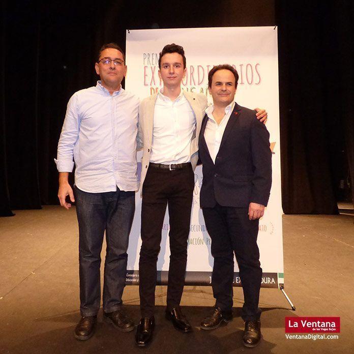 Alberto Cebrian Garcia, junto al director del IES Vegas Bajas, Juan José Fernández y el alcalde de Montijo, Manuel Gómez.
