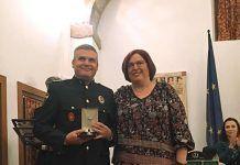 El jefe de Policía Local de Montijo, José María Cupido Vega, recibe la medalla al mérito policial