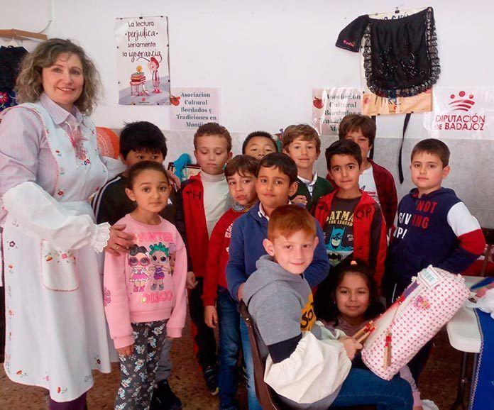 Taller de bordados y encajes de bolillos en el colegio Santo Tomás de Aquino de Montijo